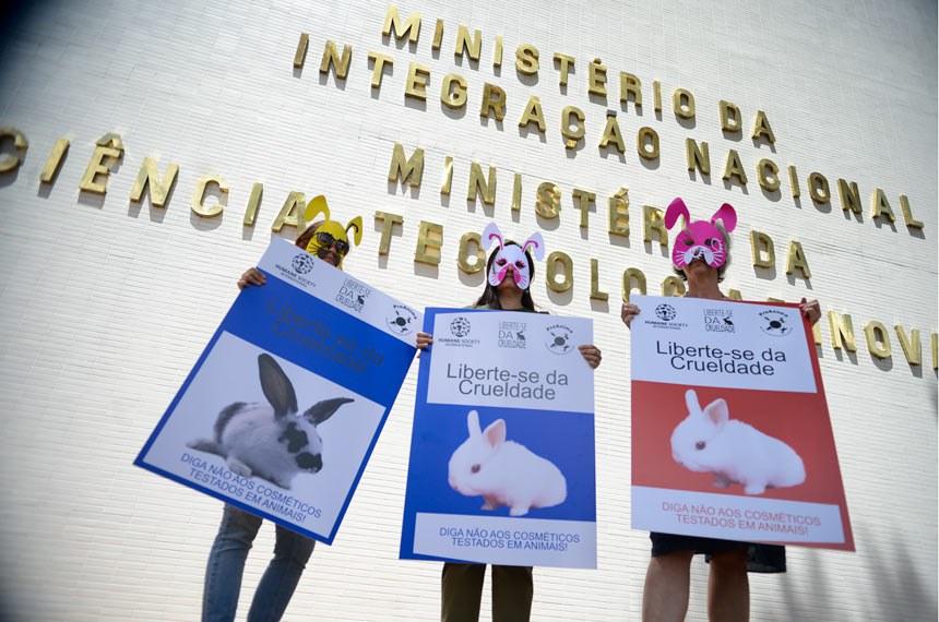 Brasília – Ativistas vestidos com máscaras de animais e fantasias fazem protesto em frente ao Ministério de Ciência e Tecnologia pedindo a proibição de testes em animais (Marcelo Camargo/Agência Brasil)