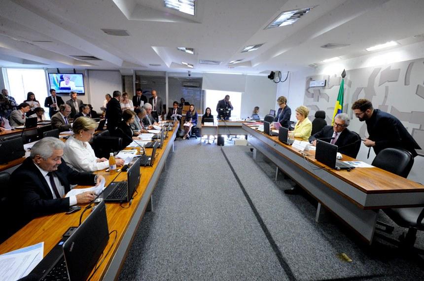 Comissões de Assuntos Sociais (CAS)realiza reunião deliberativa com 15 itens. Entre eles, o PLC 137/2015, que garante emprego de trabalhador que se aposenta, e o PLS 55/2011, que regulamenta a profissão de agente de turismo.  Mesa (E/D): Vice-presidente da CAS, senador Ronaldo Caiado (DEM-GO); presidente da CAS, senadora Marta Suplicy (PMDB-SP).   Bancada: senador Elmano Férrer (PTB-PI);  senadora Ana Amélia (PP-RS);  senadora Ângela Portela (PDT-RR); senador Paulo Paim (PT-RS); senador Otto Alencar (PSD-BA); senador Dalírio Beber (PSDB-SC);    Foto: Edilson Rodrigues/Agência Senado