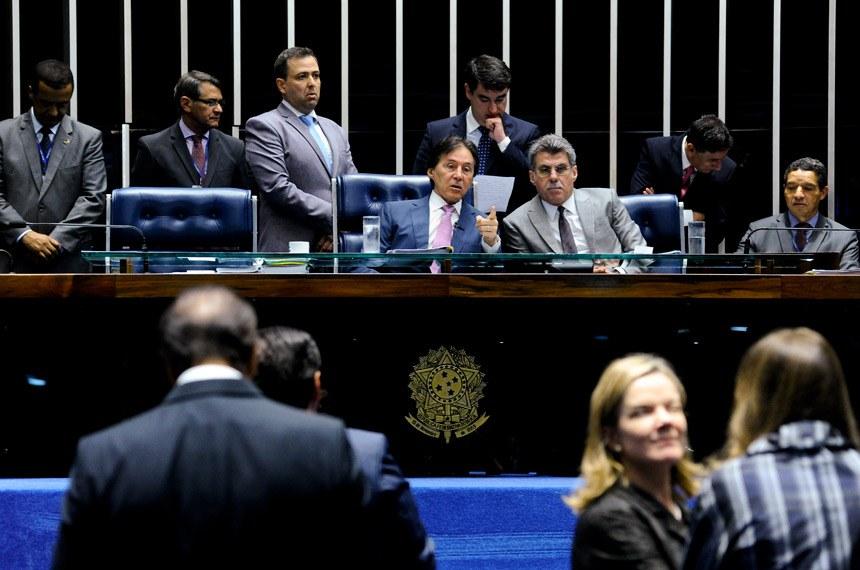Plenário do Senado durante sessão deliberativa extraordinária. Ordem do dia.  Mesa: presidente do Senado, senador Eunício Oliveira (PMDB-CE); senador Romero Jucá (PMDB-RR).  À bancada: senadora Vanessa Grazziotin (PCdoB-AM); senador Ataídes Oliveira (PSDB-TO); senadora Gleisi Hoffmann (PT-PR).  Foto: Geraldo Magela/Agência Senado