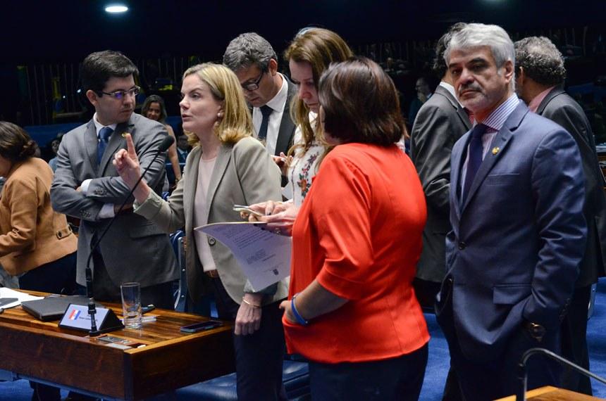 Plenário do Senado durante sessão deliberativa ordinária.  À bancada: senador Randolfe Rodrigues (Rede-AP); senadora Fátima Bezerra (PT-RN); senadora Vanessa Grazziotin (PCdoB-AM).  Foto: Ana Volpe/Agência Senado