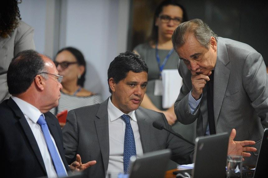 Comissão de Assuntos Econômicos (CAE) realiza audiência pública interativa para debater a reforma trabalhista.   Bancada: senador Fernando Bezerra Coelho (PSB-PE); senador Ricardo Ferraço (PSDB-ES); senador José Agripino (DEM-RN).  Foto: Marcos Oliveira/Agência Senado