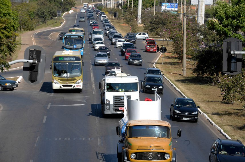 Faixa exclusiva para ônibus na via EPNB em Brasília - DF.