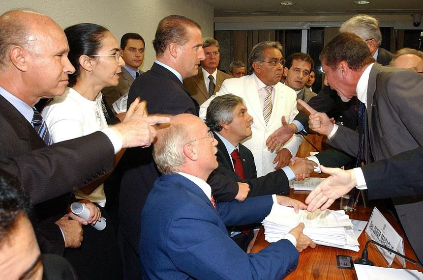 """Foto: Moreira Mariz quarta-feira, 5 de abril de 2006  Votação do Relatório final da CPMI dos Correios;  Deputados e Senadores conversam após o resultado da votação;  Local: Na sala 2 da Ala Nilo Coelho  OBS: Solicitamos sua atenção para o cumprimento da Lei do Direito Autoral n.º   5988, de 14 de dezembro de 1973, Cap. IV, Parágrafo 1º do artigo 82º, que determina: """"A fotografia quando divulgada, indicará de forma legível, o nome de seu autor"""". O crédito deverá ser dirigido à  Moreira Mariz / Agência Senado.(g)"""