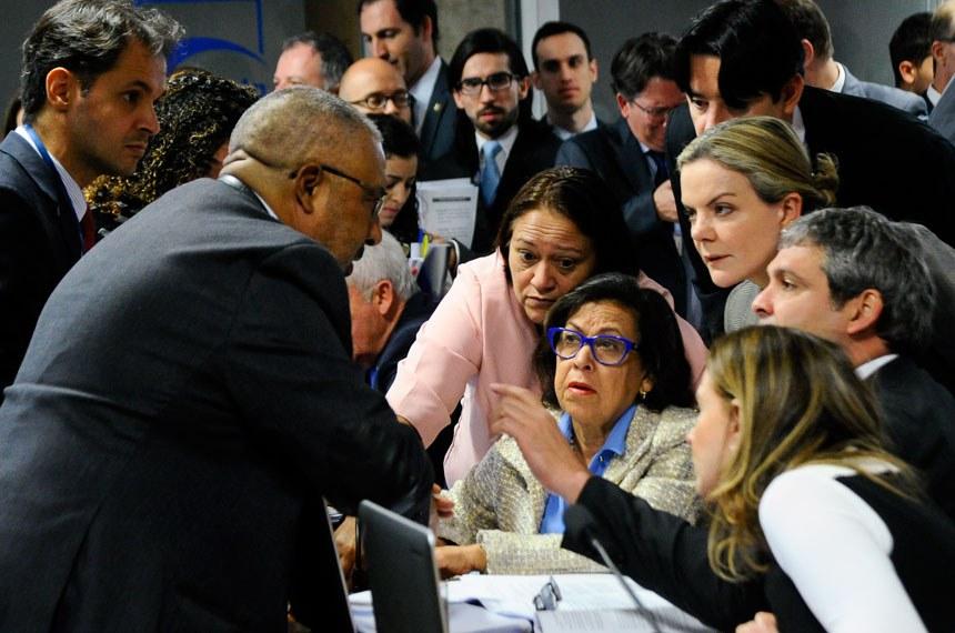 Senador Paulo Paim (PT-RS) conversa com os senadores da oposição durante a reunião da CAE