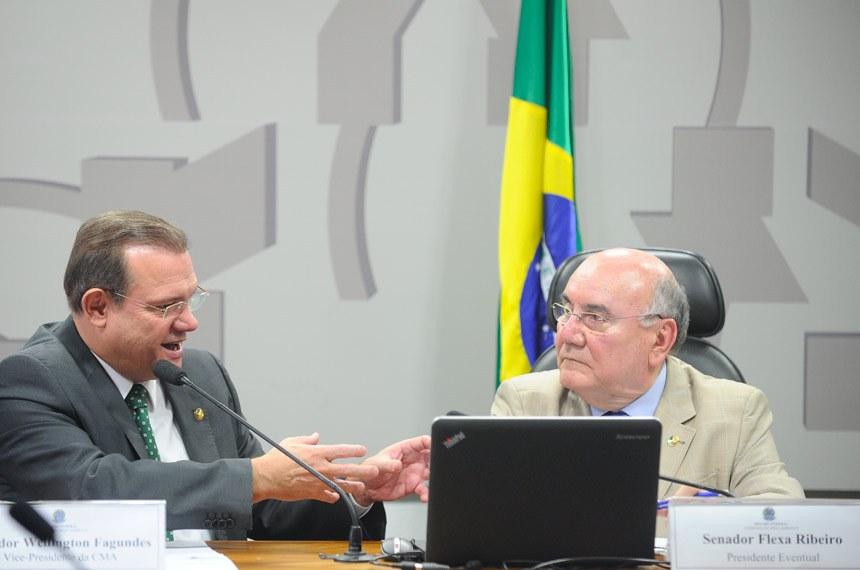 Comissão de Meio Ambiente, Defesa do Consumidor e Fiscalização e Controle (CMA) realiza reunião deliberativa com 10 itens. Na pauta, o PLC 105/2014, que inclui bem-estar animal entre prioridades de educação ambiental, e o PLC 10/2016, que padroniza locais para armazenamento de agrotóxicos.   Mesa:  vice-presidente da CMA, senador Wellington Fagundes (PR-MT);  presidente eventual, senador Flexa Ribeiro (PSDB-PA)   Foto: Marcos Oliveira/Agência Senado