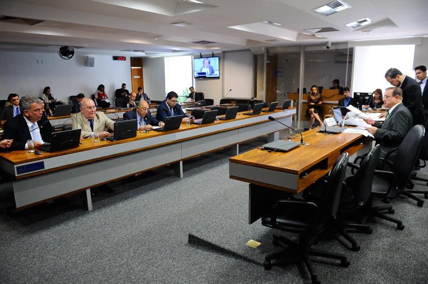 Comissão de Meio Ambiente, Defesa do Consumidor e Fiscalização e Controle (CMA) realiza reunião deliberativa com 10 itens. Na pauta, o PLC 105/2014, que inclui bem-estar animal entre prioridades de educação ambiental, e o PLC 10/2016, que padroniza locais para armazenamento de agrotóxicos.   À mesa, vice-presidente da CMA, senador Wellington Fagundes (PR-MT).   Bancada:  senador Sérgio Petecão (PSD-AC);  senador Flexa Ribeiro (PSDB-PA);  senador Pedro Chaves (PSC-MS);  senador Cidinho Santos (PR-MT)   Foto: Marcos Oliveira/Agência Senado