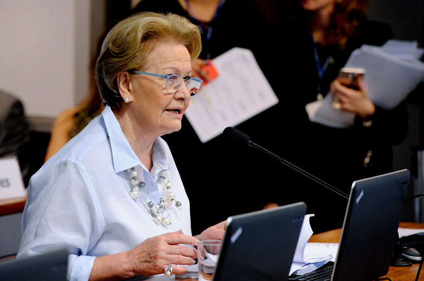 Comissão de Assuntos Sociais (CAS) realiza reunião deliberativa com 14 itens. Na pauta, o PLC 137/2015, que garante emprego de trabalhador que se aposenta, e o PLS 334/2013, que regulamenta a profissão de gerontólogo.  Em pronunciamento, senadora Ana Amélia (PP-RS).  Foto: Edilson Rodrigues/Agência Senado