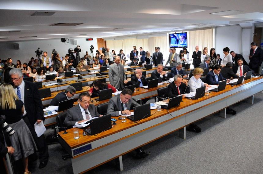 Reunião da Comissão de Constituição, Justiça e Cidadania em que foi aprovada PEC do senador Regufe que prevê eleições diretas em caso de vacância da Presidência da República