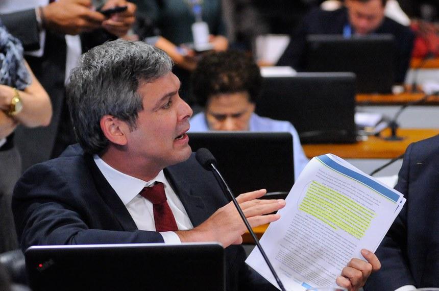 O senador Lindbergh Farias, relator da PEC das eleições diretas, apresentou substitutivo à matéria