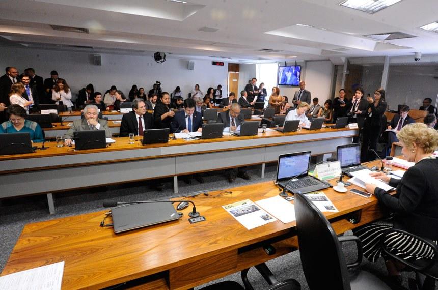 Comissão de Assuntos Sociais  (CAS) realiza reunião deliberativa com 14 itens. Na pauta, o PLC 137/2015, que garante emprego de trabalhador que se aposenta, e o PLS 334/2013, que regulamenta a profissão de gerontólogo.  Presidente da CAS, senadora Marta Suplicy (PMDB-SP) à mesa.  Bancada: senadora Maria do Carmo (DEM-SE); senador Elmano Férrer (PMDB-PI); senador Waldemir Moka (PMDB-MS); senador Randolfe Rodrigues (Rede-AP); senador Paulo Paim (PT-RS);  senadora Ana Amélia (PP-RS).  Foto: Edilson Rodrigues/Agência Senado