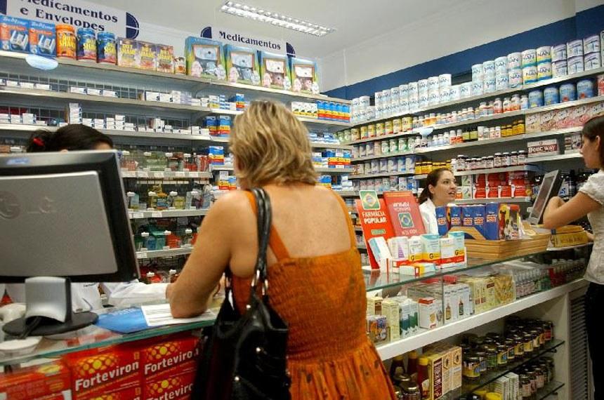Brasília - Consumidores procuram drogarias conveniadas com o programa Aqui tem Farmácia Popular em busca de medicamentos mais baratos. Convênio firmado entre o Ministério da Saúde e a Caixa Econômica Federal (CEF) prevê que o prazo de cadastramento seja reduzido de 180 para 20 dias.