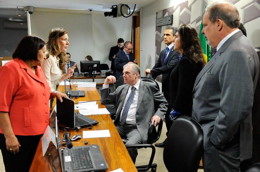 Comissão de Assuntos Econômicos (CAE) realiza reunião deliberativa com 11 itens. Na pauta, o PLC 38/2017, que trata da reforma trabalhista.  Mesa: senadora Fátima Bezerra (PT-RN); senadora Vanessa Grazziotin (PCdoB-AM); presidente da CAE, senador Tasso Jereissati (PSDB-CE); senadora Simone Tebet (PMDB-MS);  senador Armando Monteiro (PTB-PE).  Foto: Marcos Oliveira/Agência Senado