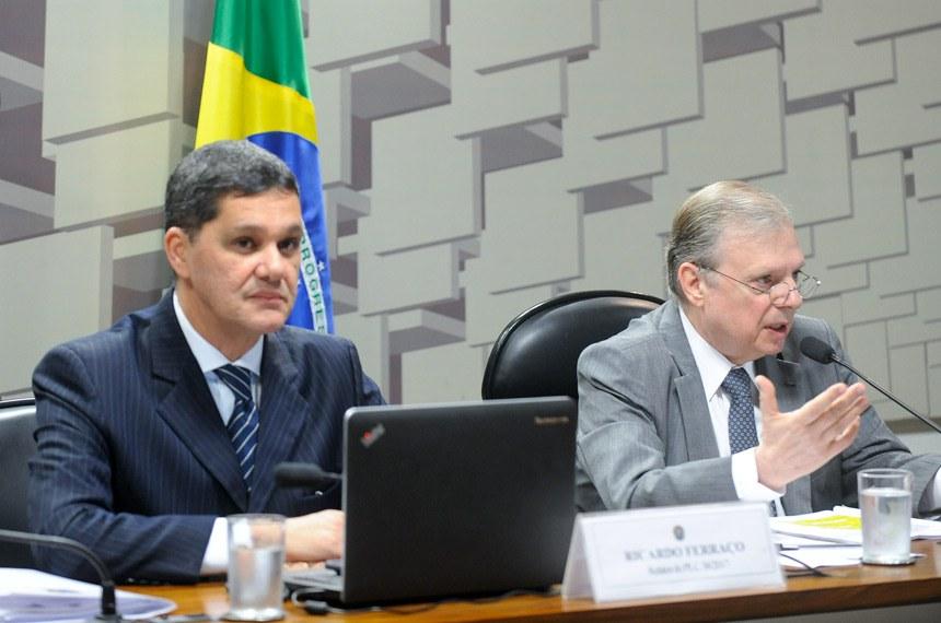 Comissão de Assuntos Econômicos (CAE) realiza reunião deliberativa com 11 itens. Na pauta, o PLC 38/2017, que trata da reforma trabalhista.   Mesa:  relator do PLC 38/2017, senador Ricardo Ferraço (PSDB-ES);  presidente da CAE, senador Tasso Jereissati (PSDB-CE)  Foto: Marcos Oliveira/Agência Senado