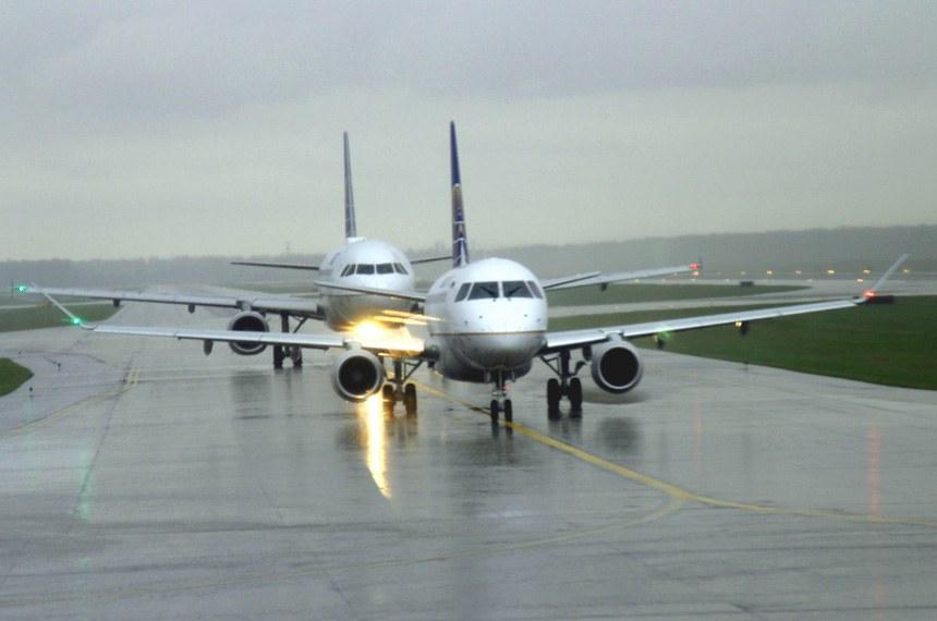 Aviões no pátio do Aeroporto Internacional de Houston no Texas.