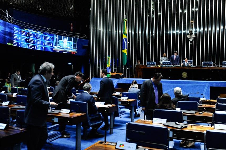 Plenário do Senado Federal durante sessão deliberativa extraordinária.   Em pronunciamento, à mesa, presidente do Senado, senador Eunício Oliveira (PMDB-CE).  Foto: Marcos Oliveira/Agência Senado