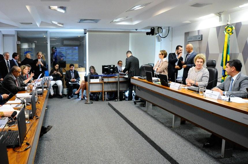Comissão de Assuntos Sociais (CAS) realiza reunião deliberativa com item único: PLC 38/2017, que trata da reforma trabalhista.   Mesa:  presidente da CAS, senadora Marta Suplicy (PMDB-SP);  relator do PLC 38/2017, senador Ricardo Ferraço (PSDB-ES).  Foto: Geraldo Magela/Agência Senado