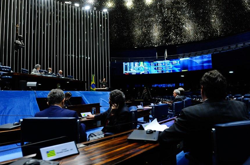 Plenário do Senado durante sessão deliberativa extraordinária.  Em discurso, à tribuna, senadora Vanessa Grazziotin (PCdoB-AM).  Mesa: senador Jorge Viana (PT-AC);  senador Paulo Paim (PT-RS); senador Lasier Martins (PSD-RS).  Foto: Marcos Oliveira/Agência Senado