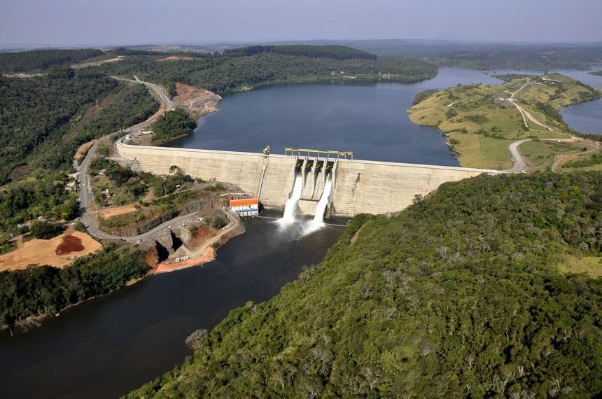 Paraná -Com uma capacidade instalada de 361 MW, a Usina Hidrelétrica de Mauá, localizada no Paraná, inaugurará, na próxima quarta-feira (12), duas de suas cinco turbinas. A previsão é de que, até final de janeiro, ela esteja funcionando em sua plenitude. Construída no Rio Tibagi, entre os municípios de Telêmaco Borba e Ortigueira, o empreendimento possui um reservatório de 84 km²