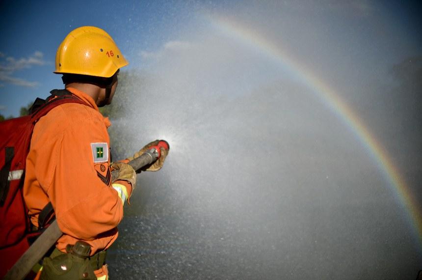 Quarenta militares do Corpo de Bombeiros do Distrito Federal passam por treinamento para uso de motobomba canadense.   O equipamento, desenhado especificamente para combate a incêndio florestal, é capaz de impulsionar água por mais de mil metros de mangueiras interligadas, em um jato que alcança até 20 metros de altura.