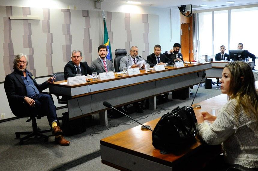 Comissão de Direitos Humanos e Legislação Participativa (CDH) realiza audiência interativa para debater reforma trabalhista, com foco na Convenção 87 da OIT, que trata da liberdade sindical.  Mesa: secretário de Relações Internacionais da Central Única dos Trabalhadores (Cut), Antônio Lisboa; secretário geral da Central dos Sindicatos Brasileiros (CSB), Álvaro Egea; vice-coordenador da Coordenadoria Nacional de Promoção da Liberdade Sindical do Ministério Público do Trabalho (MPT/Conalis), Renan Bernardi Kalil; vice-presidente da CDH, senador Paulo Paim (PT-RS); diretor de Formação Sindical e Relações Intersindicais da Federação Nacional do Fisco Estadual e Distrital (Fenafisco), Francelino das Chagas Valença Junior; representante da CSP Conlutas, Paulo Reis.  Foto: Geraldo Magela/Agência Senado