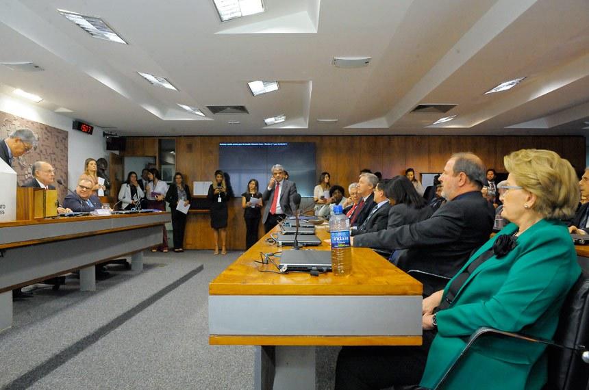 Representação Brasileira no Parlamento do Mercosul (Parlasul) realiza reunião para eleição do presidente e dos vice-presidentes.  À mesa,  senador Roberto Requião (PMDB-PR).  Foto: Waldemir Barreto/Agência Senado.