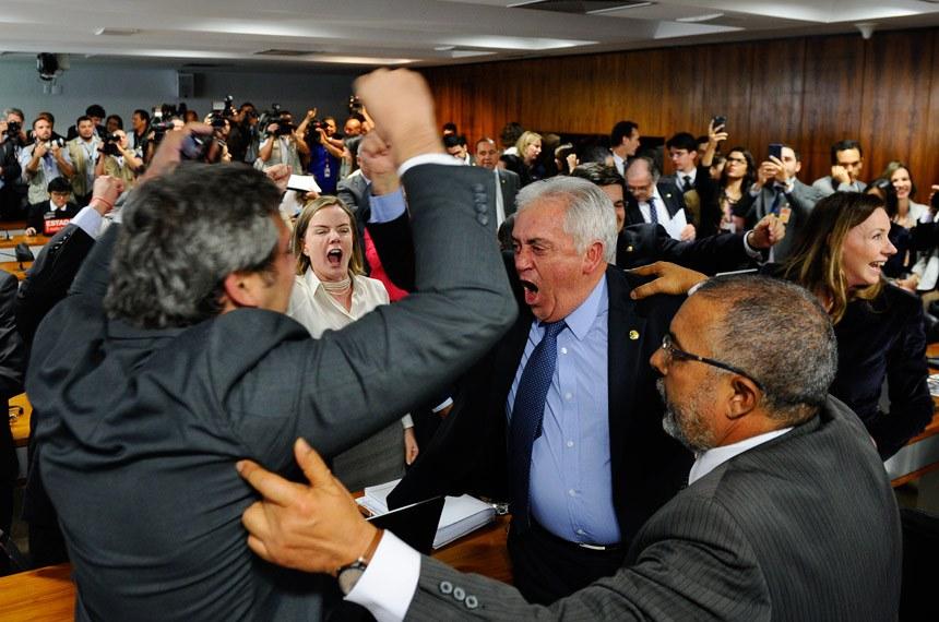 Comissão de Assuntos Sociais (CAS) rejeita, por 10 votos a 9, relatório de Ricardo Ferraço (PSDB-ES) sobre a reforma trabalhista. O resultado é aplaudido e comemorado por senadores de oposição.  Participam: senador Lindbergh Farias (PT-RJ);  senador Otto Alencar (PSD-BA); senador Paulo Paim (PT-RS); senadora Gleisi Hoffmann (PT-PR).  Foto: Marcos Oliveira/Agência Senado