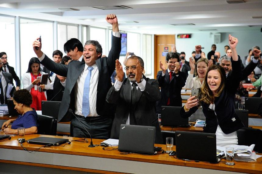 Comissão de Assuntos Sociais (CAS) rejeita, por 10 votos a 9, relatório de Ricardo Ferraço (PSDB-ES) sobre a reforma trabalhista. O resultado é aplaudido e comemorado por senadores de oposição.  Participam: senador Lindbergh Farias (PT-RJ); senador Paulo Paim (PT-RS);  senadora Gleisi Hoffmann (PT-PR); senadora Vanessa Grazziotin (PCdoB-AM).  Foto: Marcos Oliveira/Agência Senado