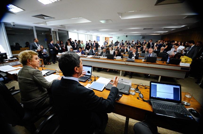 Comissão de Assuntos Sociais (CAS) realiza reunião deliberativa para apreciação do PLC 38/2017, que trata da reforma trabalhista.  Mesa: relator do PLC 38/2017, senador Ricardo Ferraço (PSDB-ES), em pronunciamento; presidente da CAS, senadora Marta Suplicy (PMDB-SP).  Foto: Marcos Oliveira/Agência Senado