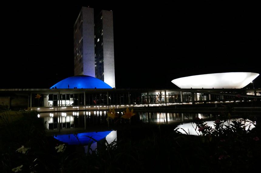 Congresso Nacional ganha iluminação azul na cúpula do Senado Federal.  Foto: Roque Sá/Agência Senado
