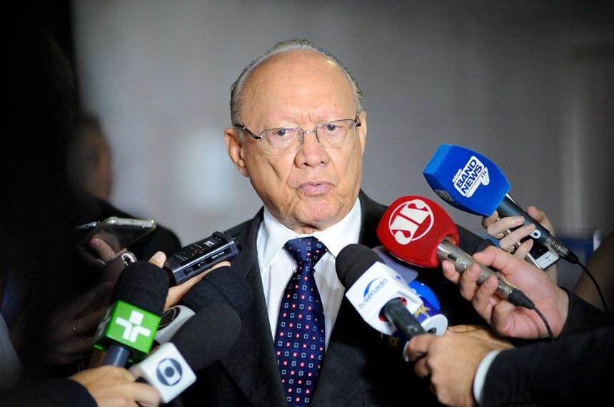 Senador João Alberto Souza (PMDB-MA) concede entrevista.  Foto: Pedro França/Agência Senado