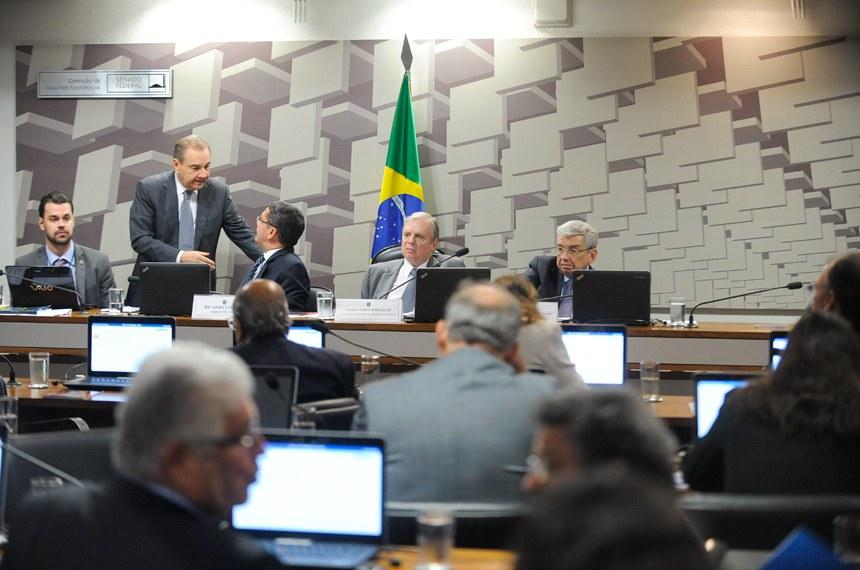 Comissão de Assuntos Econômicos (CAE) realiza reunião deliberativa com 11 itens. Na pauta, o PLC 38/2017, que trata da reforma trabalhista.   Mesa:  senador José Agripino (DEM-RN);  relator do PLC 38/2017, senador Ricardo Ferraço (PSDB-ES);  presidente da CAE, senador Tasso Jereissati (PSDB-CE);  vice-presidente da CAE, senador Garibaldi Alves Filho (PMDB-RN)   Foto: Marcos Oliveira/Agência Senado