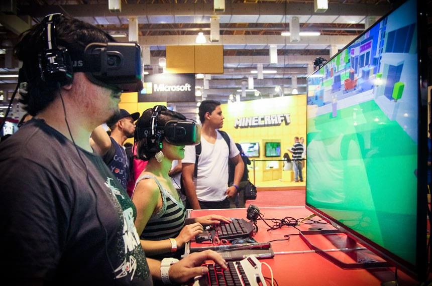 Feira de Games e Tecnologia em SP  Visitante da feira experimenta óculos 3D de realidade aumentada para criação de mundos virtuais. Foto: George Campos / USP Imagens