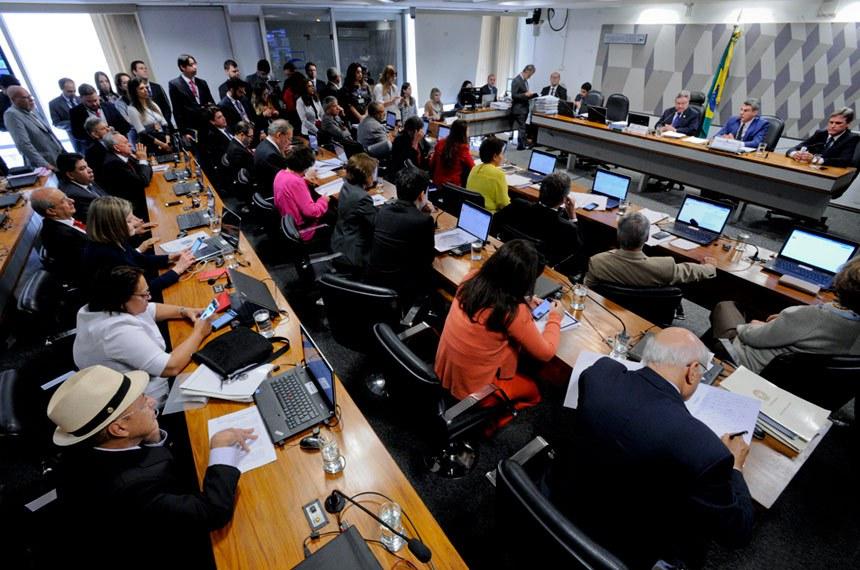 Comissão de Constituição, Justiça e Cidadania (CCJ) realiza reunião deliberativa para apreciação do PLC 38/2017, que trata da reforma trabalhista.   Mesa (E/D):  vice-presidente da CCJ, senador Antonio Anastasia (PSDB-MG);  relator do PLC 38/2017 na CCJ, senador Romero Jucá (PMDB-RR);  senador Dário Berger (PMDB-SC).   Foto: Edilson Rodrigues/Agência Senado
