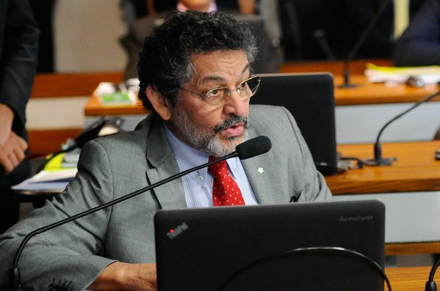 Comissão de Meio Ambiente (CMA) realiza reunião deliberativa com 11 itens. Na pauta, o PLC 105/2014, que inclui bem-estar animal entre as prioridades de educação ambiental, e o PLC 10/2016, que padroniza locais para armazenamento de agrotóxicos.   À bancada, senador Paulo Rocha (PT-PA).   Foto: Geraldo Magela/Agência Senado