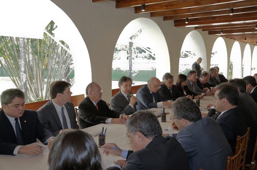 presidente do Senado Federal, senador Eunício Oliveira (PMDB-CE) discute a reforma política com líderes partidários do Senado e da Câmara dos Deputados em reunião na Residência Oficial do Senado.  Participam: presidente do Senado Federal, senador Eunício Oliveira (PMDB-CE); senador Fernando Bezerra Coelho (PSB-PE);  senador José Agripino (DEM-RN);  senador José Serra (PSDB-SP);  senador Renan Calheiros (PMDB-AL);  senador Roberto Rocha (PSB-MA);  senador Tasso Jereissati (PSDB-CE) ex-senador, José Sarney.  Marcos Brandão/Agência Senado