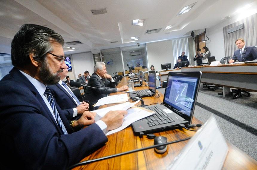 Comissão de Serviços de Infraestrutura (CI) realiza reunião deliberativa com 8 itens. Na pauta, o PLS 11/2013, que destina 10% da Cide para transporte de massa, e o PLS 291/2013, que separa cobrança de água e esgoto.  À mesa, vice- presidente da CI, senador Acir Gurgacz (PDT-RO).   Bancada: senador Valdir Raupp (PMDB-RO); senador Fernando Bezerra Coelho (PSB-PE); senador Elmano Férrer (PTB-PI).  Foto: Geraldo Magela/Agência Senado