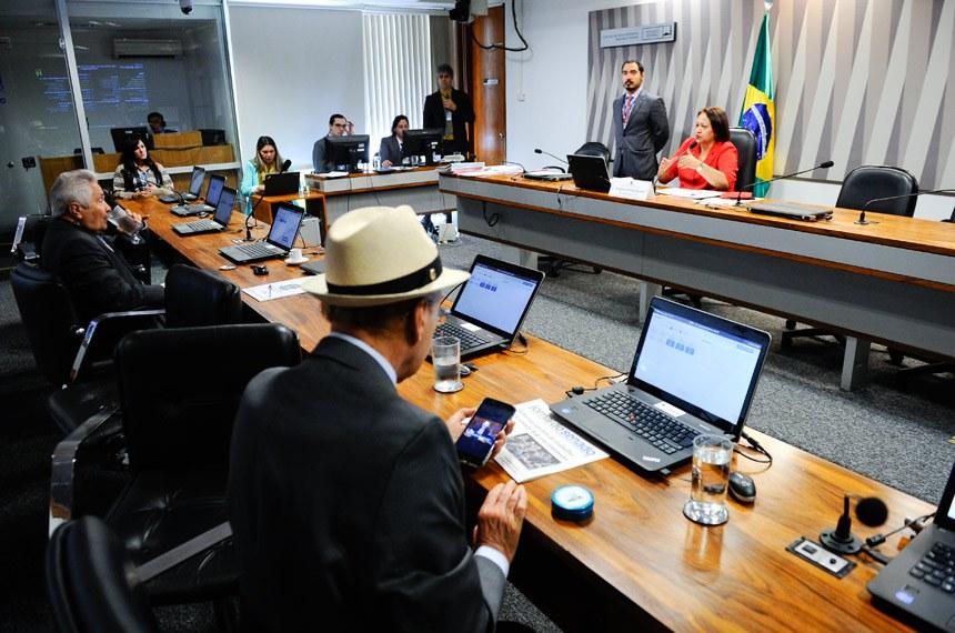 Comissão de Desenvolvimento Regional e Turismo (CDR) realiza reunião deliberativa com 9 itens. Entre eles, o PLC 147/2015, que institui o Mapa do Turismo, e o PLC 164/2015, que dispensa alvará de construção no processo de averbação para casas térreas com mais de 5 anos.   À mesa, presidente da CDR, senadora Fátima Bezerra (PT-RN).   Bancada:  senador Antonio Carlos Valadares (PSB-SE);  senador Elmano Férrer (PMDB-PI)   Foto: Marcos Oliveira/Agência Senado