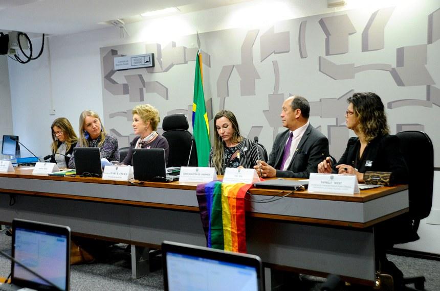 Comissões de Assuntos Sociais (CAS) realiza audiência interativa em comemoração ao Dia Internacional de Enfrentamento à Homofobia e Transfobia.    Mesa: advogada e secretária-Geral da Aliança Nacional LGBTI (Lésbicas, Gays, Bissexuais, Transexuais e Intersexuais), Patrícia Mannaro; coordenadora-Geral LGBT da Secretaria Especial de Direitos Humanos (Sdh/MJ); Marina Reidel presidente da CAS, senadora Marta Suplicy (PMDB-SP); presidente da Associação Brasileira de Estudos da Homocultura (ABEH) e presidente da Câmara Técnica Permanente de Legislação e Normas do Conselho Nacional de Combate à Discriminação de LGBT – CNCD/LGBT, Luma Nogueira de Andrade; secretário de Educação da Associação Brasileira de Lésbicas, Gays, Bissexuais, Travestis e Transexuais - ABGLT e Diretor-Presidente da Aliança Nacional LGBTI (Lésbicas, Gays, Bissexuais, Transexuais e Intersexuais), Toni Reis; presidente do Transgrupo Marcela Prado e Diretora Administrativa da Aliança Nacional LGBTI (Lésbicas, Gays, Bissexuais, Transexuais e Intersexuais), Rafaelly Wiest;  Foto: Geraldo Magela/Agência Senado