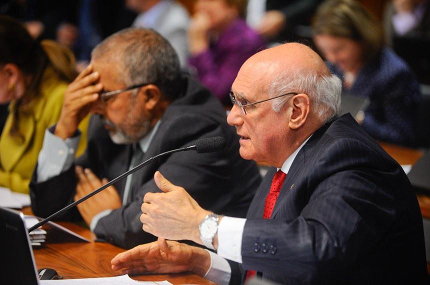 Comissão de Constituição, Justiça e Cidadania (CCJ) realiza reunião para apreciação do PLC 38/2017, que trata da reforma trabalhista.  Participam:  senador Lasier Martins (PSD-RS); senador Paulo Paim (PT-RS).  Foto: Marcos Oliveira/Agência Senado