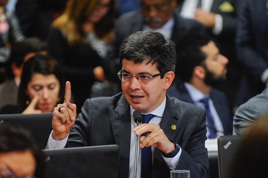 Comissão de Constituição, Justiça e Cidadania (CCJ) realiza reunião deliberativa para apreciação do PLC 38/2017, que trata da reforma trabalhista.   Em pronunciamento, senador Randolfe Rodrigues (Rede-AP).  Foto: Marcos Oliveira/Agência Senado