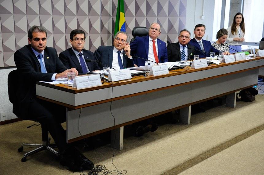 Comissão Mista da Medida Provisória (CMMPV) n° 778, de 2017, que dispõe sobre o parcelamento de débitos junto à Fazenda Nacional relativos às contribuições previdenciárias de responsabilidade dos Estados, do Distrito Federal e dos Municípios, realiza audiência pública interativa para debater a matéria.   Mesa (E/D):  segundo vice-presidente do Sindicato Nacional dos Auditores Fiscais da Receita Federal do Brasil (Sindifisco Nacional), Luiz Henrique Behrens Franca;  subsecretário de arrecadação e atendimento da Receita Federal, Carlos Roberto Occaso;  relator da CMMPV 778/2017, senador Raimundo Lira (PMDB-PB);  presidente da CMMPV 778/2017, deputado Hildo Rocha (PMDB-MA);  coordenador-geral de Auditoria e Contencioso da Subsecretaria de Regimes Próprios de Previdência Social do Ministério da Fazenda, Miguel Antônio Fernandes Chaves;  consultor da Confederação Nacional dos Municípios, Max Telesca;  diretora de Gestão da Dívida Ativa da União e do FGTS da Procuradoria-Geral da Fazenda Nacional, Anelize Lenzi Ruas De Almeida   Foto: Marcos Oliveira/Agência Senado