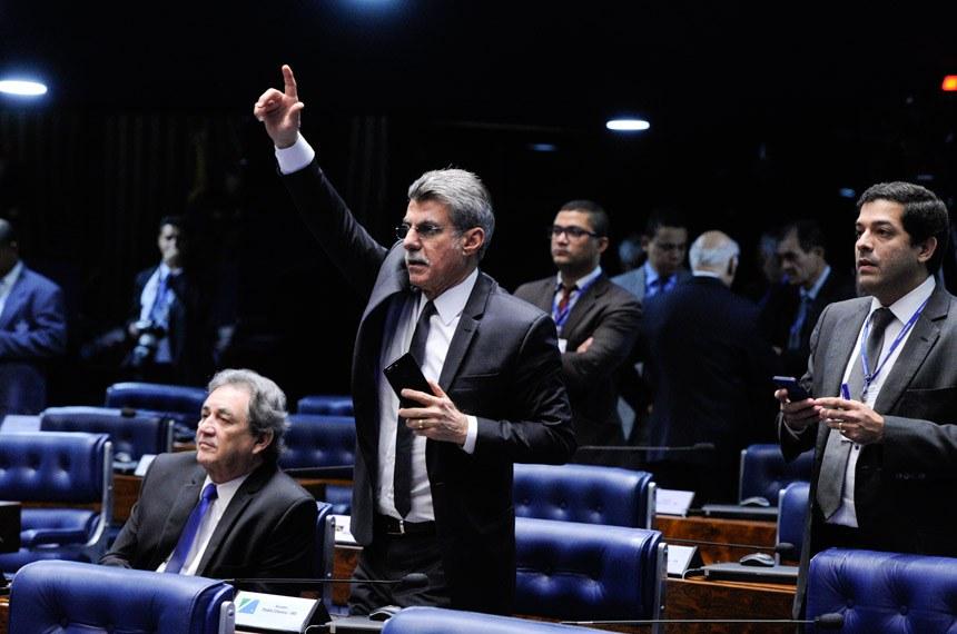 Plenário do Senado Federal durante sessão deliberativa extraordinária.   Bancada:  senador Romero Jucá (PMDB-RR); senador Waldemir Moka (PMDB-MS).  Foto: Edilson Rodrigues/Agência Senado