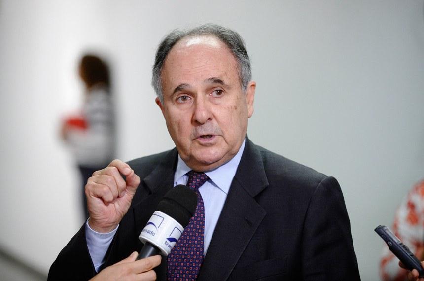 Senador Cristovam Buarque (PDT-DF) concede entrevista, após  ser eleito novo presidente da CCT.  Foto: Edilson Rodrigues/Agência Senado