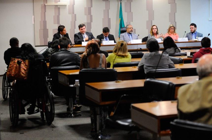 Comissão de Direitos e Legislação Participativa (CDH) realiza audiência pública interativa para debater regulamentação do Estatuto da Pessoa com Deficiência, com a participação, entre outros, de representantes do CNS, do Conade e da Fenapaes.  Mesa (E/D):  advogado e secretário de Direitos Humanos e Assuntos Jurídicos da Organização Nacional de Cegos do Brasil (ONCB), Willian Ferreira da Cunha,   presidente do Conselho Nacional dos Direitos da Pessoa com Deficiência (CONADE), Moisés Bauer Luiz, analista de Planejamento e Orçamento da Secretaria de Planejamento e Assuntos Econômicos do Ministério do Planejamento, Desenvolvimento e Gestão, Kalid Nogueira Choudhury, vice-presidente da CDH, senador Paulo Paim (PT-RS);   auditora Fiscal do Trabalho - coordenadora Nacional do Projeto de Inserção de Pessoas com Deficiência no Mercado de Trabalho da Secretaria de Inspeção do Trabalho do Ministério do Trabalho ( TEM), Fernanda Maria Pessoa Di Cavalcanti, professora do Curso de Serviço Social da Universidade de Brasília (UnB), Lívia Barbosa, coordenador-geral de Promoção dos Direitos da Pessoa com Deficiência do Ministério dos Direitos Humanos (MDH), Wederson Rufino dos Santos.  Foto: Pedro França/Agência Senado
