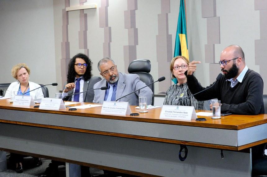 Comissão de Direitos e Legislação Participativa (CDH) realiza audiência pública interativa para debater regulamentação do Estatuto da Pessoa com Deficiência, com a participação, entre outros, de representantes do CNS, do Conade e da Fenapaes.  Mesa: coordenadora geral de Saúde da Pessoa com Deficiência do Ministério da Saúde, Odilia Brigido de Sousa; representante do Conselho Nacional de Saúde (CNS), Fredson Oliveira Carneiro; vice-presidente da CDH, senador Paulo Paim (PT-RS); chefe de divisão de perícia oficial em saúde do Ministério do Planejamento, Desenvolvimento e Gestão, Márcia de Carvalho Cristóvão Silva; coordenador pedagógico da Federação Nacional das Apaes (Fenapaes), Erivaldo Fernandes Neto - em pronunciamento.  Foto: Geraldo Magela/Agência Senado