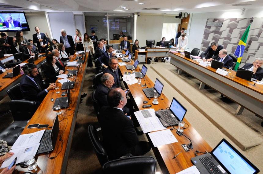 Comissão de Assuntos Econômicos (CAE) realiza apreciação das emendas da comissão ao PLN 1/2017 (LDO de 2018). Na sequência, deliberativa com 17 itens, entre eles, o PLC 57/2017, que cancela precatórios não sacados há dois anos.   Mesa:  presidente da CAE, senador Tasso Jereissati (PSDB-CE);  vice-presidente da CAE, senador Garibaldi Alves Filho (PMDB-RN)   Foto: Edilson Rodrigues/Agência Senado