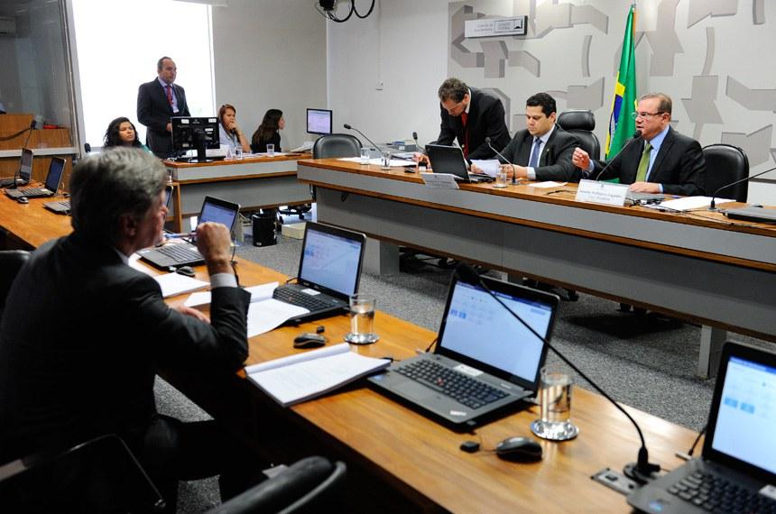 Comissão de Meio Ambiente (CMA) realiza apreciação das emendas da comissão ao PLN 1/2017 (LDO 2018). Em seguida, deliberativa com 10 itens, entre eles, o PLC 105/2014, que inclui o bem-estar animal entre as prioridades de educação ambiental.   Mesa:  presidente da CMA, senador Davi Alcolumbre (DEM-AP);  vice-presidente da CMA, senador Wellington Fagundes (PR-MT)   Foto: Marcos Oliveira/Agência Senado