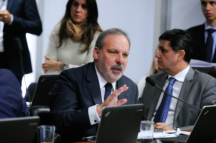 Comissão de Assuntos Econômicos (CAE) realiza reunião para apreciação das emendas da comissão ao PLN 1/2017 (LDO de 2018). Na sequência, deliberativa com 17 itens, entre eles, o PLC 57/2017, que cancela precatórios não sacados há dois anos.  Em pronunciamento, senador Armando Monteiro (PTB-PE). À direita, senador Ricardo Ferraço (PSDB-ES).  Foto: Edilson Rodrigues/Agência Senado