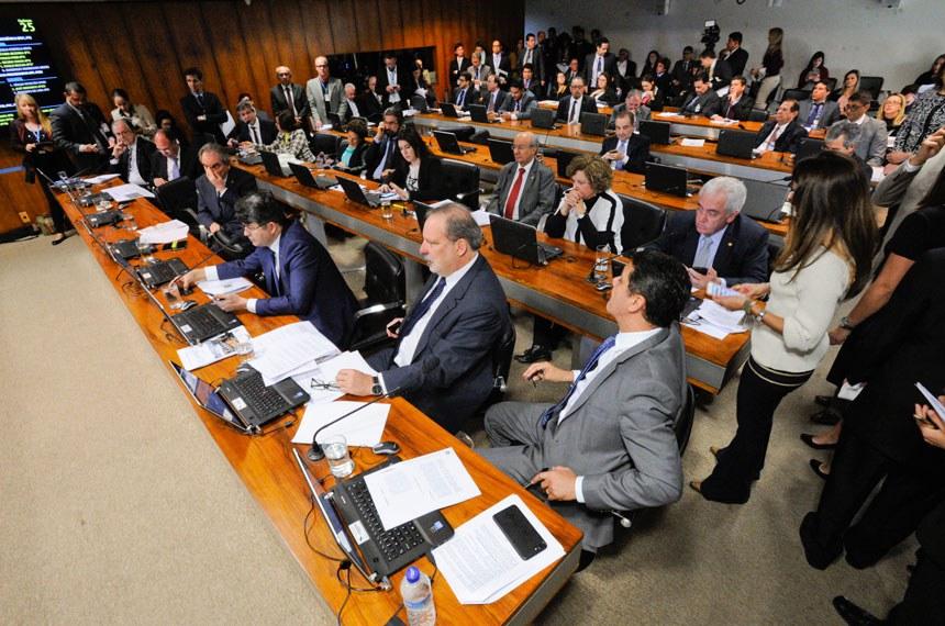 Comissão de Assuntos Econômicos (CAE) realiza apreciação das emendas da comissão ao PLN 1/2017 (LDO de 2018). Na sequência, deliberativa com 17 itens, entre eles, o PLC 57/2017, que cancela precatórios não sacados há dois anos.   Participam:  senador Armando Monteiro (PTB-PE);  senador Dalírio Beber (PSDB-SC);  senador Fernando Bezerra Coelho (PSB-PE);  senador José Agripino (DEM-RN);  senador José Medeiros (PSD-MT);  senador José Pimentel (PT-CE);  senador Lindbergh Farias (PT-RJ);  senador Otto Alencar (PSD-BA);  senador Raimundo Lira (PMDB-PB);  senador Ricardo Ferraço (PSDB-ES);  senador Valdir Raupp (PMDB-RO);  senadora Lídice da Mata (PSB-BA);  senadora Lúcia Vânia (PSB-GO);  senadora Regina Sousa (PT-PI);  senadora Simone Tebet (PMDB-MS)   Foto: Edilson Rodrigues/Agência Senado
