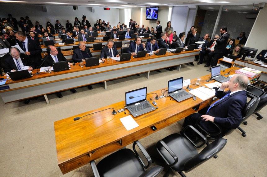 Comissão de Assuntos Econômicos (CAE) realiza reunião para apreciação das emendas da comissão ao PLN 1/2017 (LDO de 2018). Na sequência, deliberativa com 17 itens, entre eles, o PLC 57/2017, que cancela precatórios não sacados há dois anos.  À mesa, presidente da CAE, senador Tasso Jereissati (PSDB-CE).  Bancada: senador Roberto Muniz (PP-BA); senador Fernando Bezerra Coelho (PSB-PE); senador Pedro Chaves (PSC-MS);  senador Raimundo Lira (PMDB-PB); senador Waldemir Moka (PMDB-MS). senador José Medeiros (PSD-MT);  senador Ricardo Ferraço (PSDB-ES).  Foto: Edilson Rodrigues/Agência Senado